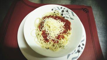 Pasta con tomate casero y queso
